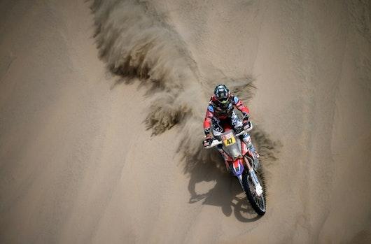 Sainz da un golpe sobre la mesa en autos y Benavides lidera el Dakar en motos